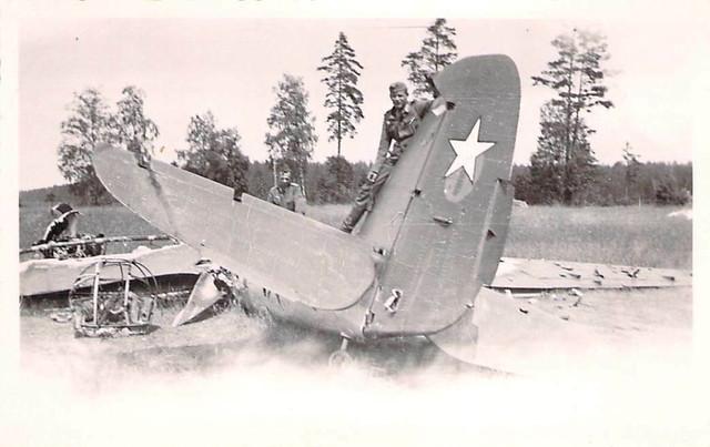 Foto-WK-II-Wehrmacht-2-Soldaten-posieren-auf