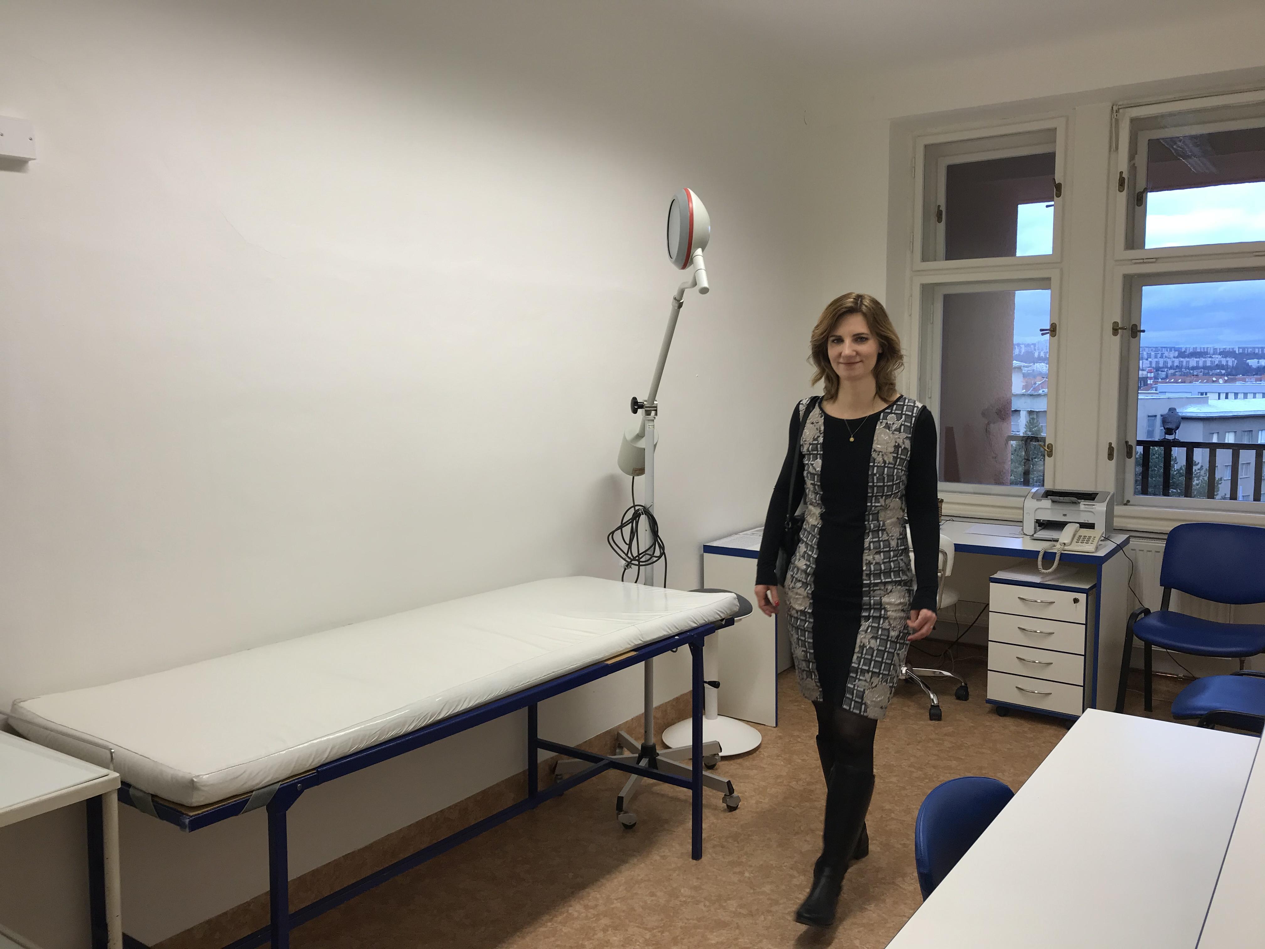 Primátorka města Brno Markéta Vaňková si prohlíží ambulanci paliativní péče na Poliklinice Zahradníkova