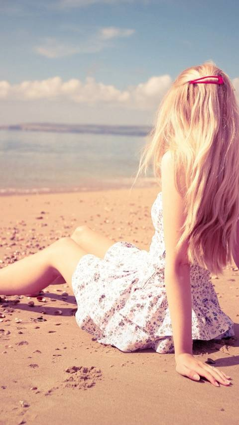 Blonde-Girl-Beach-6c63327f-d95d-3516-8696-57d776de0b07