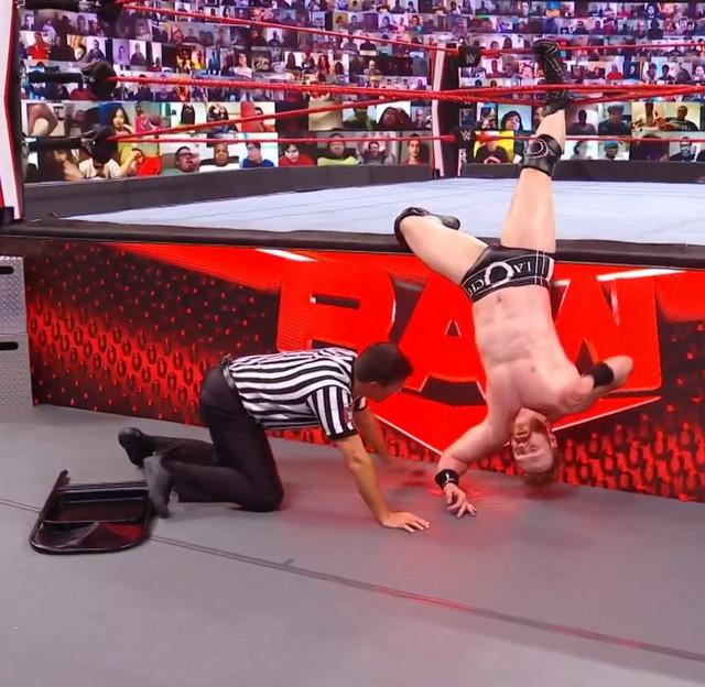 Sheamus enredado en las Cuerdas por AJ Styles