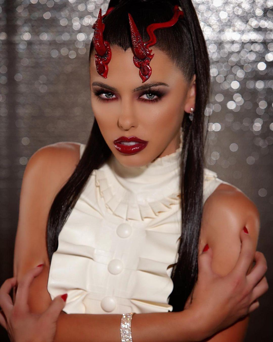 Adriana-Chechik-Wallpapers-Insta-Fit-Bio-4