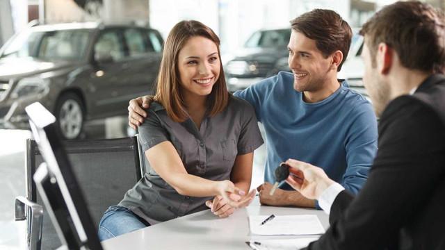 Memeriksa dan menguji mengendarai mobil sebelum membeli