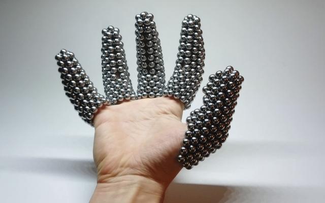 Перчатка из магнитных шаров