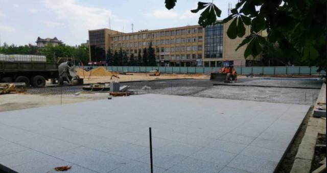 На главной площади Николаева укладывают гранит