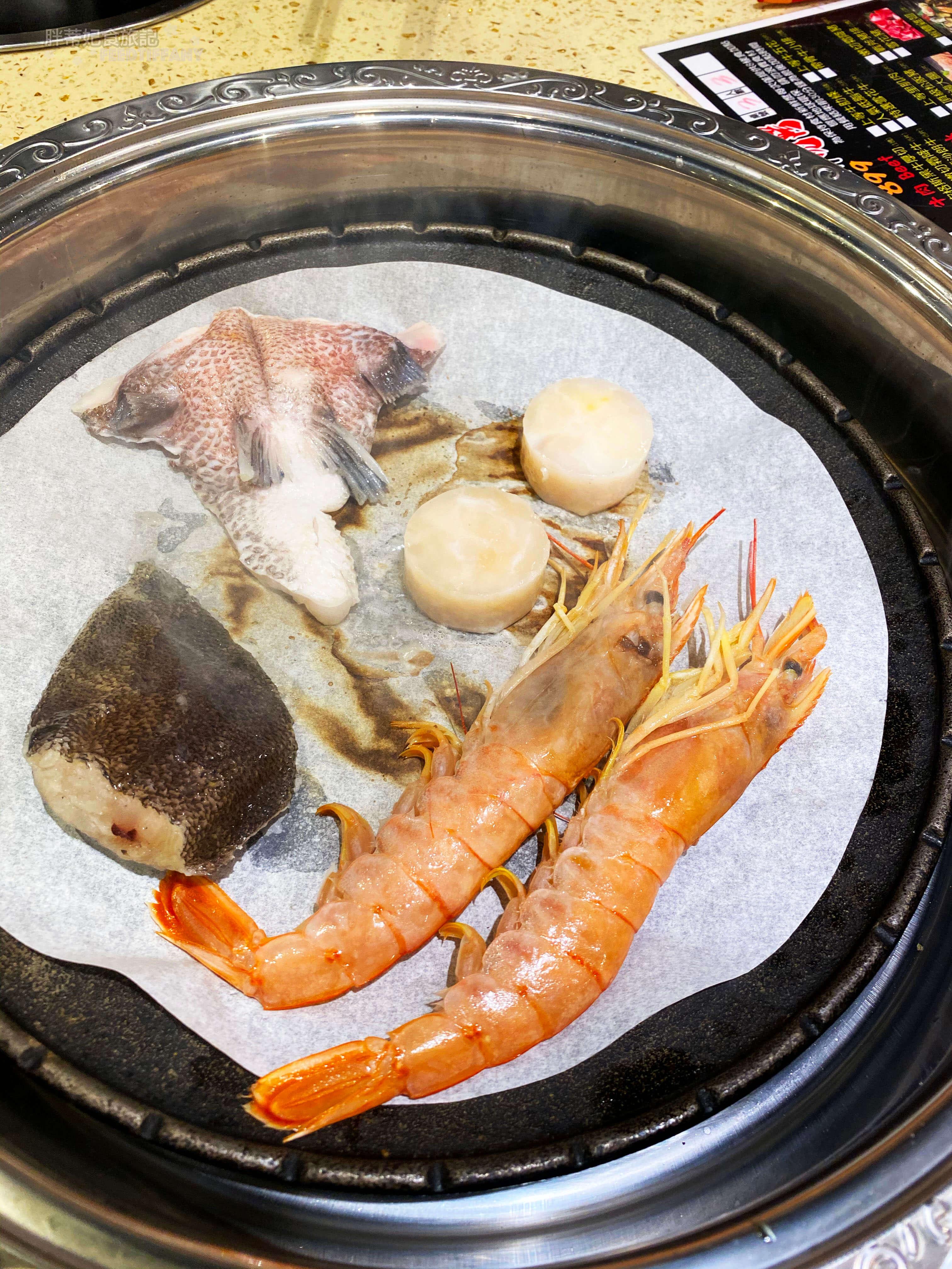九牛一鍋 海鮮在烤盤裡