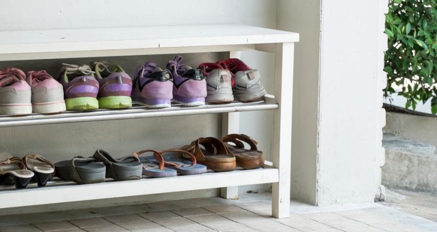 Rak Sepatu di Luar Rumah
