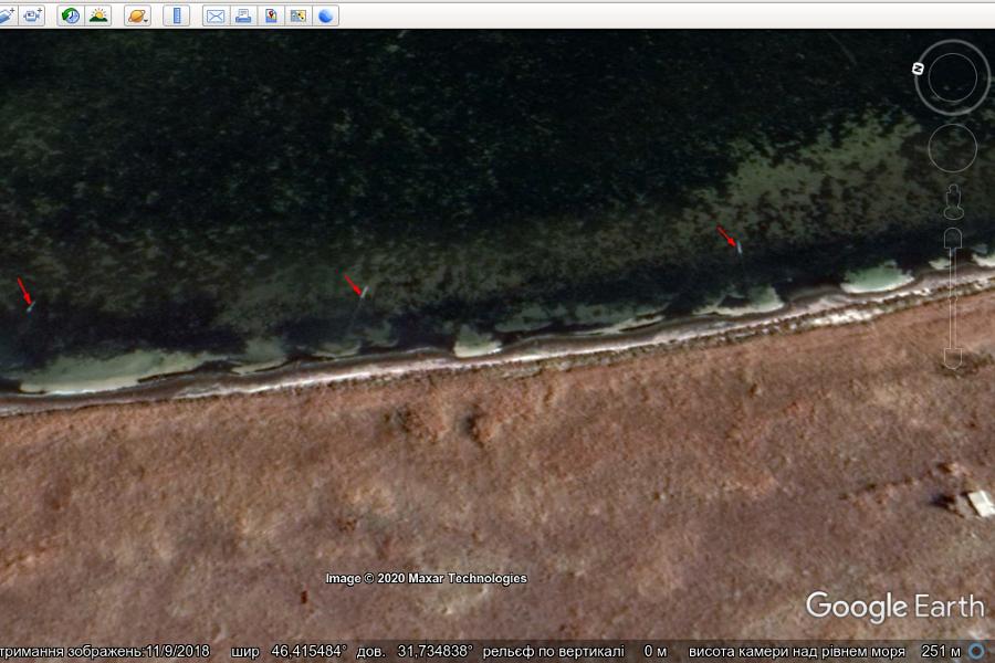 Рис. 5. Акваторія Ягорлицької затоки біля острова Довгий. Стрілочками вказані встановлені ятері