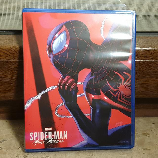 有玩家發現PS5《惡魔之魂 重製版》與《漫威蜘蛛人 邁爾斯摩拉斯》實體版均為正反雙封面的設計,其中《惡魔之魂》封面背部採用了PS3原版的風格。 Image