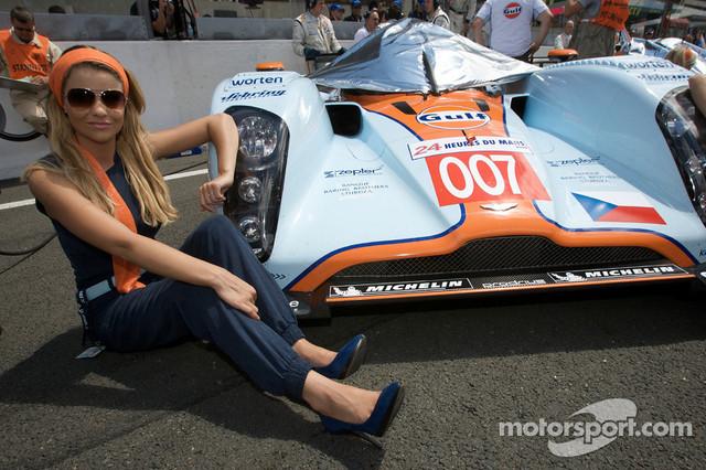 13-06-2009-Le-Mans-France-A-charming-Aston-Martin-girl