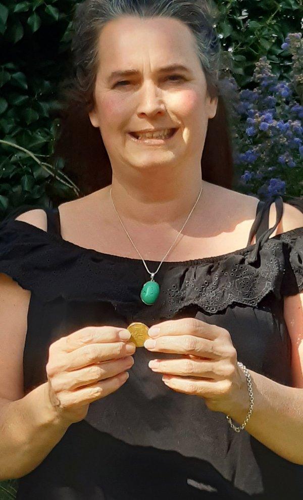 Аманда Джонстон держит золотой ангел Генриха VII