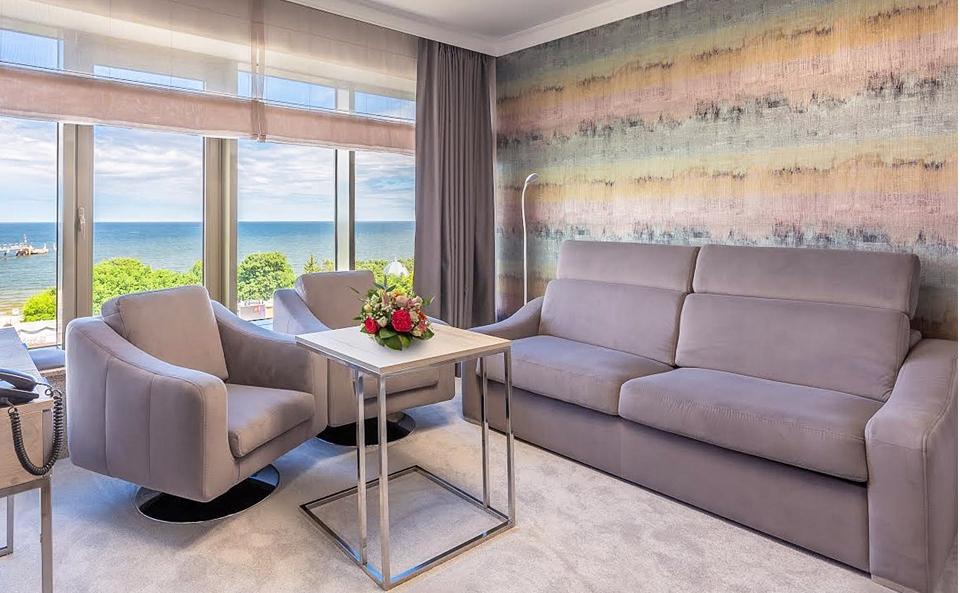 Maßgeschneidertes Sofa und Sessel RIPOSO mit moderner Velvet-Polsterung.