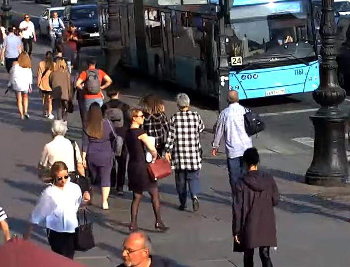 Санкт-Петербург, Невский проспект. 12 мая 2021 года. Маленькое чёрное платье, чёрные колготки и классические туфли-лодочки со средним каблуком с показов мод пошли в народ. Поперёк потока, собственных страхов и безумия псевдо-феминисток.