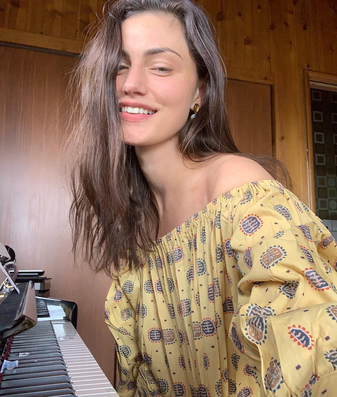 Phoebe-Tonkin-Wallpapers-Insta-Fit-Bio-2