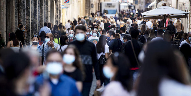 Tourists-and-people-wearing-face-masks-to-oppose-the-spread-of-the-Coronavirus-infection-in-via-Cond