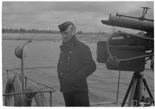 Kaptenen p Siikakoski uppe p komandobryggan som r annorlunda beskaffad n p en vanlig bt