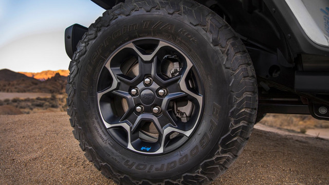2018 - [Jeep] Wrangler - Page 6 The-2021-Jeep-Wrangler-Rubicon-4xe-rides-on-17-inch-aluminum-wheels-fitted-with-all-terrain-off-road