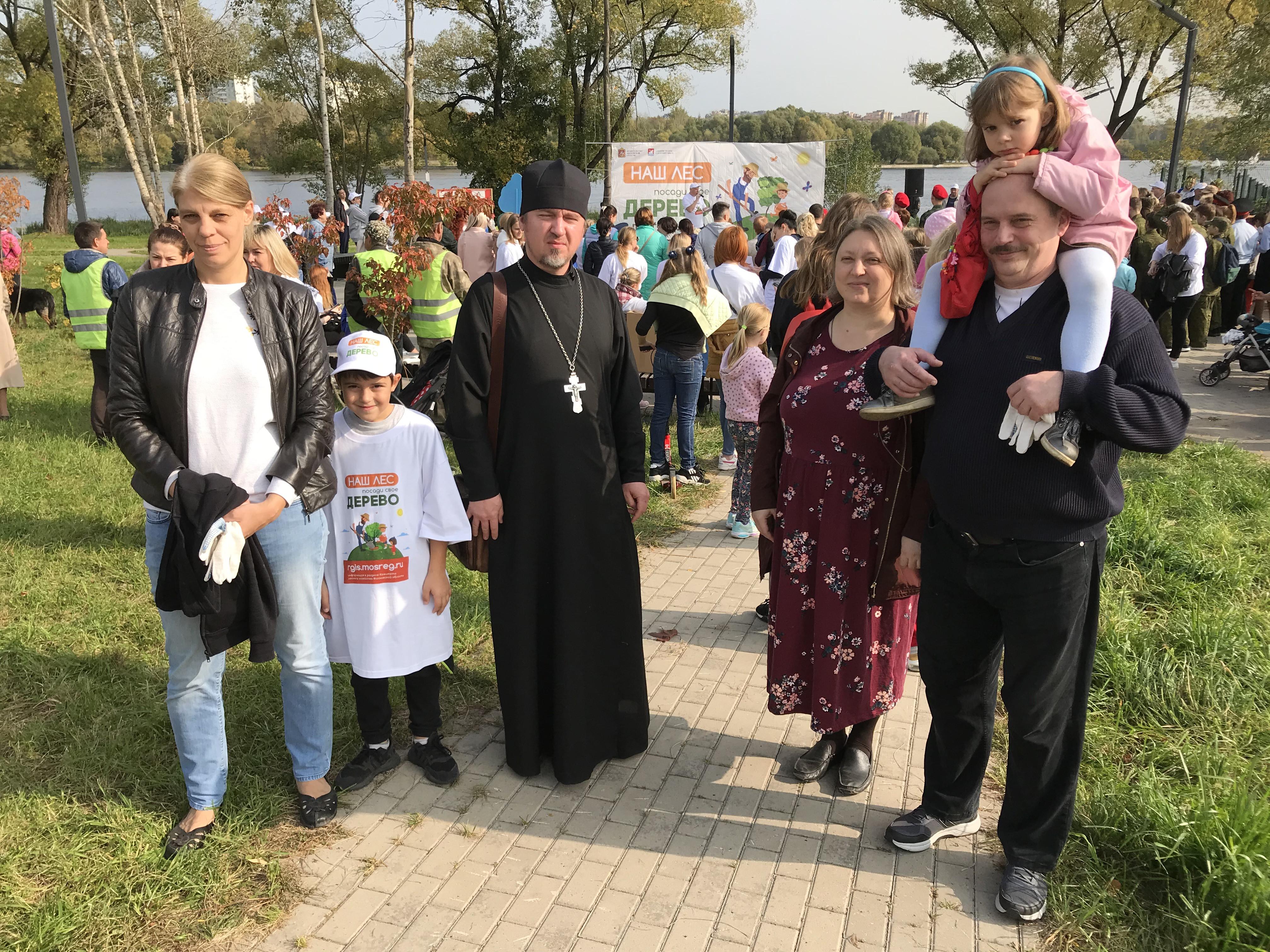 25 сентября в парке Мысово города Долгопрудный прошла экологическая акция Наш лес. Посади свое дерево. Каждый год горожане присоединяются к акции, проводимой по инициативе губернатора Московской области