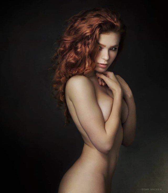 Карина Силантьева голая прикрывает грудь
