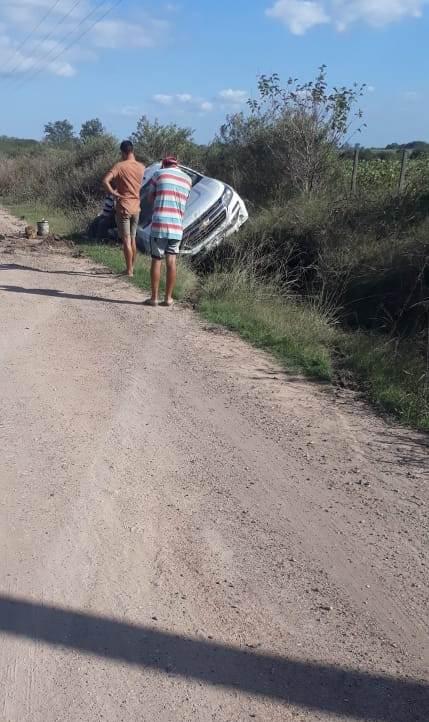 POLICÌA DE VILLAGUAY: En Ruta Nº 20 volcò un vehìculo de Vialidad Provincial – Un vehìculo Ratrojero colisionò un menor de 3 años, el conductor dio positivo de alcoholemia – Violaciòn de domicilio