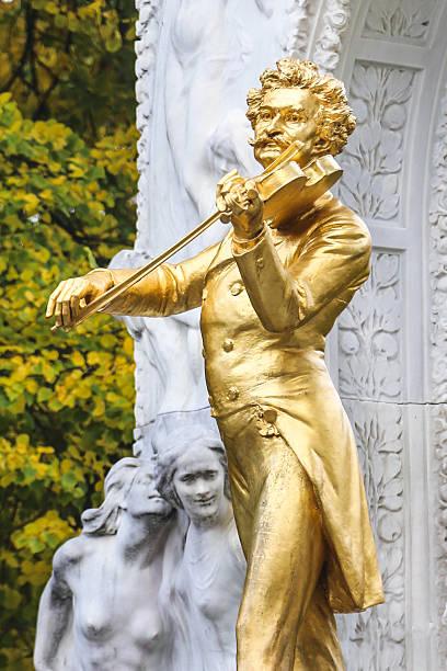 estatua-johan-strauss-travelmarathon-es