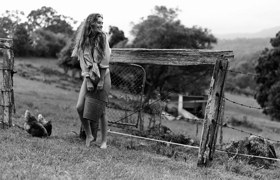 Красивая сексуальная девушка в деревне / фото 02