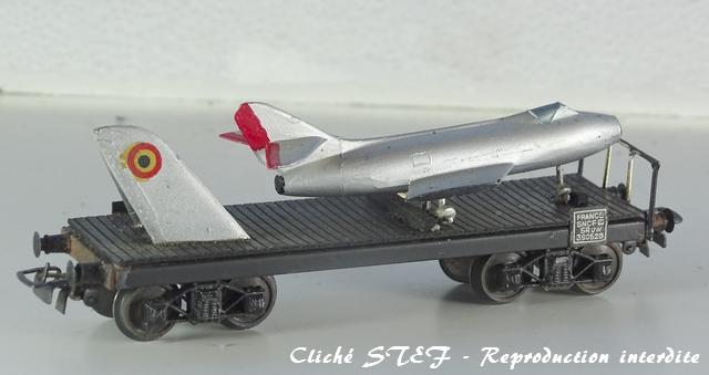Wagons plats à bogies maquette et semi maquette chargés VB-plat-bogies-semi-maquette-noir-avion-DSC00279