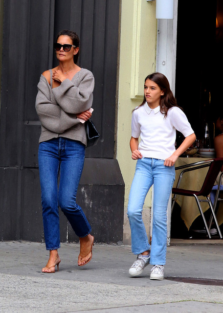 Katie-Holmes-shows-some-major-cleavage-while-hailing-a-cab-with-her-daughter-Suri-Cruise-in-Downtown
