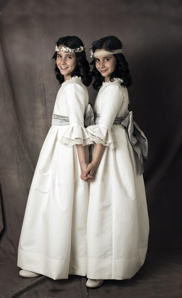 Jimena-y-Sara-con-sus-vestidos-de-Comunio-n-Leonor-Sofi-a