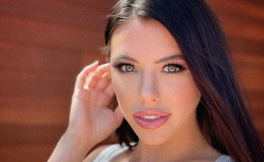 Adriana-Chechik-Wallpapers-Insta-Fit-Bio-6