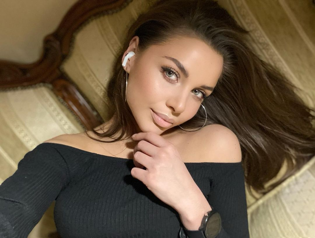 Julia-Gogoleva-Wallpapers-Insta-Fit-Bio-4