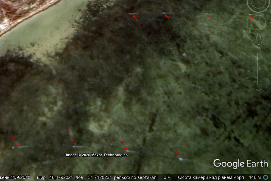 Рис. 7. Акваторія Ягорлицької затоки біля с. Покровка; стрілочками вказані встановлені ятері