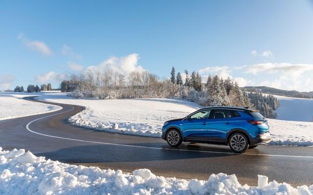 Direction les sommets : les électriques Opel à l'aise en montagne 04-Opel-510353