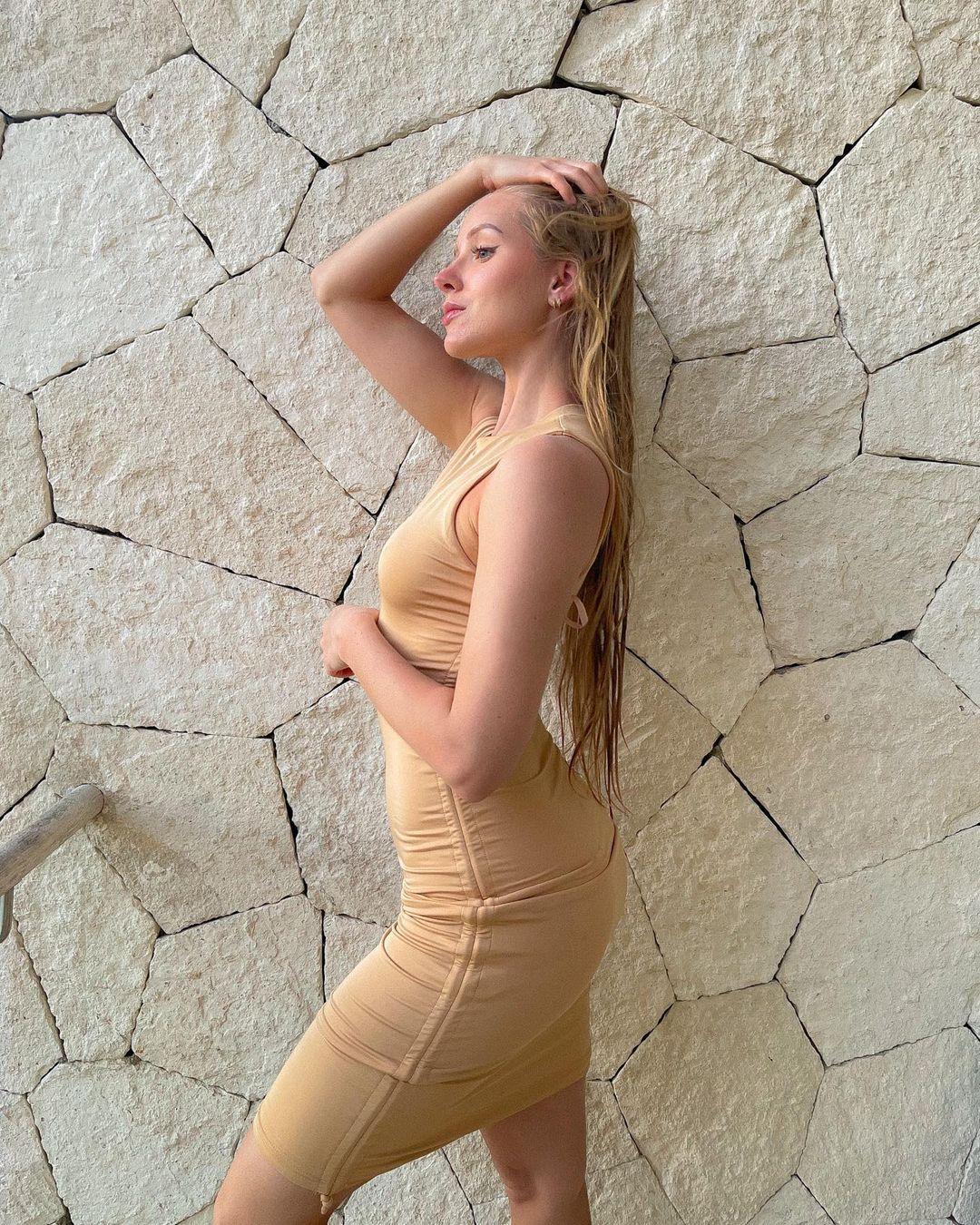 Caroline-Zalog-Wallpapers-Insta-Fit-Bio-1