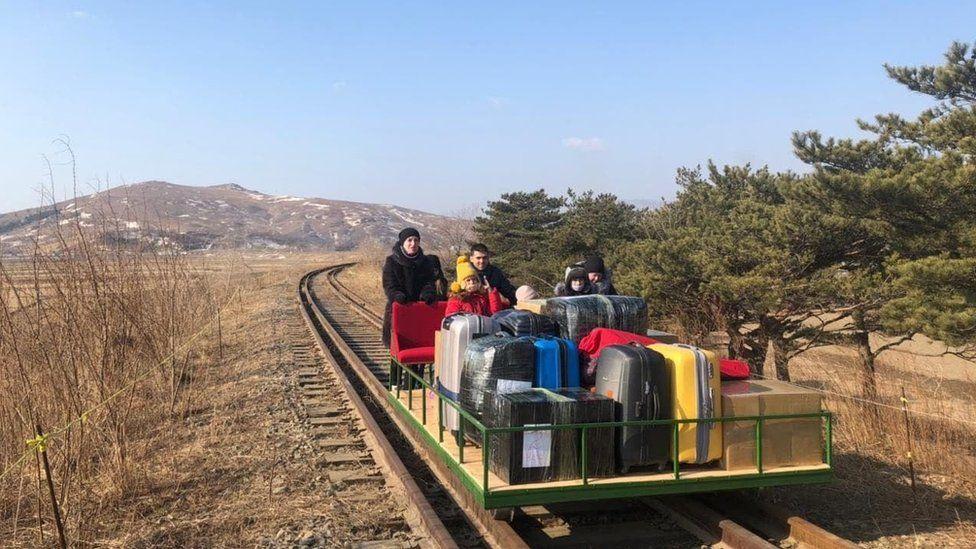 GRANICE ZATVORENE, SAOBRAĆAJ OBUSTAVLJEN! Ruske diplomate napustile Sjevernu Koreju na pružnim kolicima na ručni pogon!