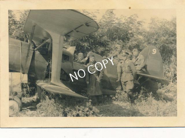 Foto-WK-II-Wehrmacht-Soldaten-Uniform-russisches-Flugzeug-1