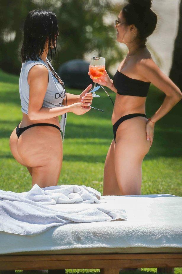 [Image: PAY-EXC-Kim-and-Kourtney-Kardashian-take...xico-3.jpg]