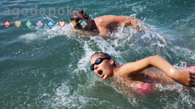 Waspada, Berenang di Laut Berisiko Kena Infeksi Bakteri yang berbahaya