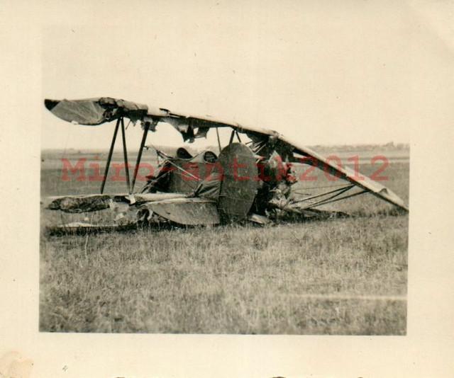 Foto-Wk2-Blick-auf-ein-Flugzeugwrack-N21010