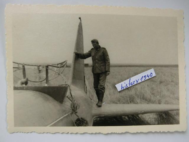 Foto-mit-Soldat-auf-Abgeschossenen-Flugzeug