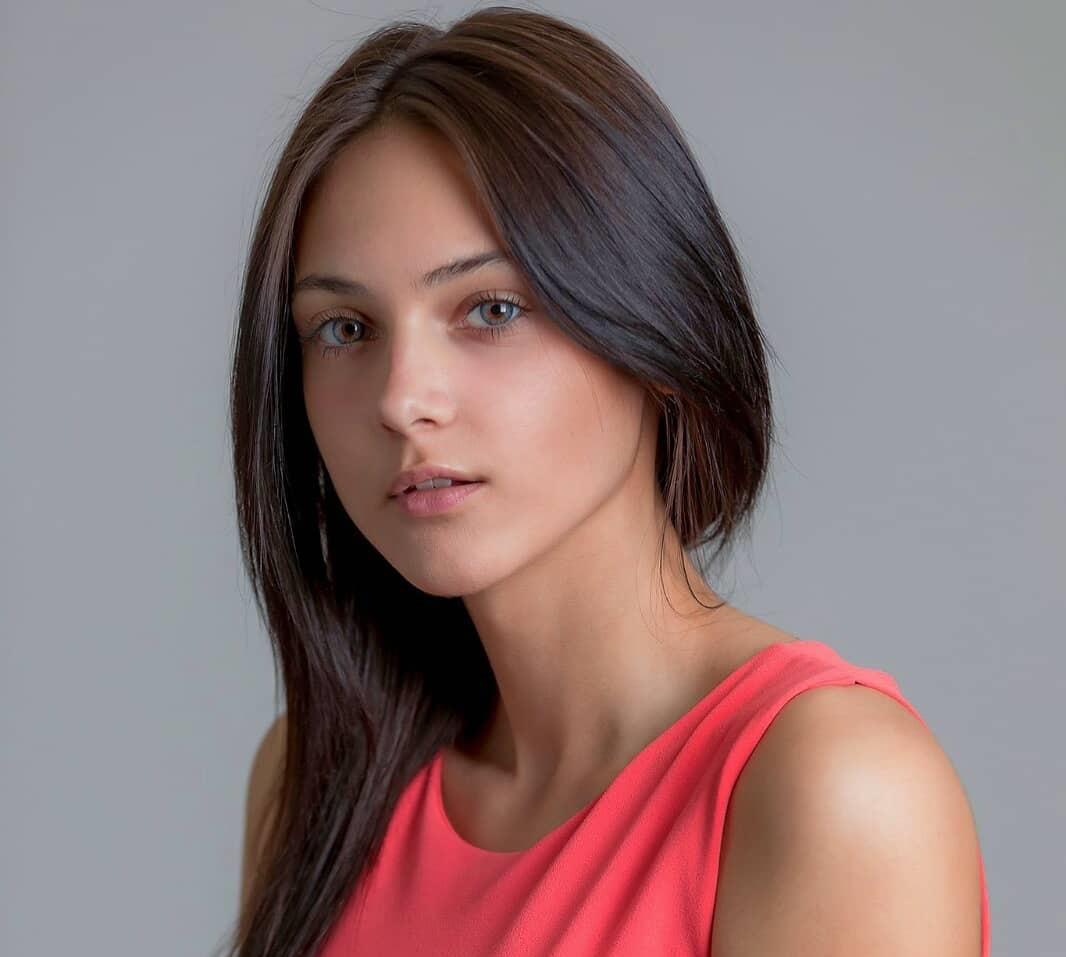 Sara-Tomasoni-Wallpapers-Insta-Fit-Bio-2