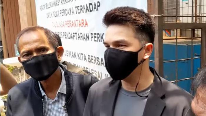 Jonathan Frizzy saat ditemui usai sidang mediasi dengan Dhena Devanka di PA Jakarta Selatan, Kamis (13/9/2021).