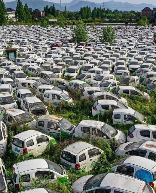 Autofriedhof-E-Autos-in-Paris