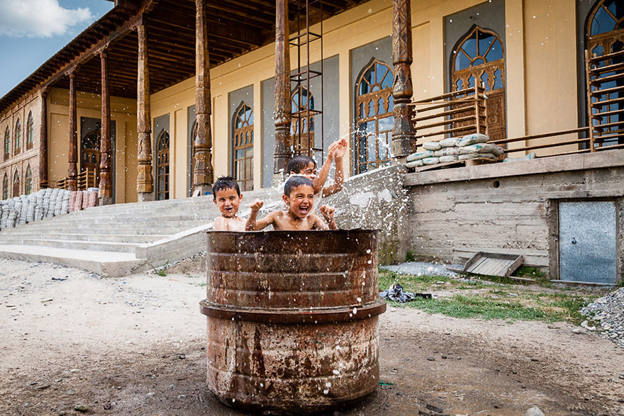32 фотографии радостных моментов детства из разных стран