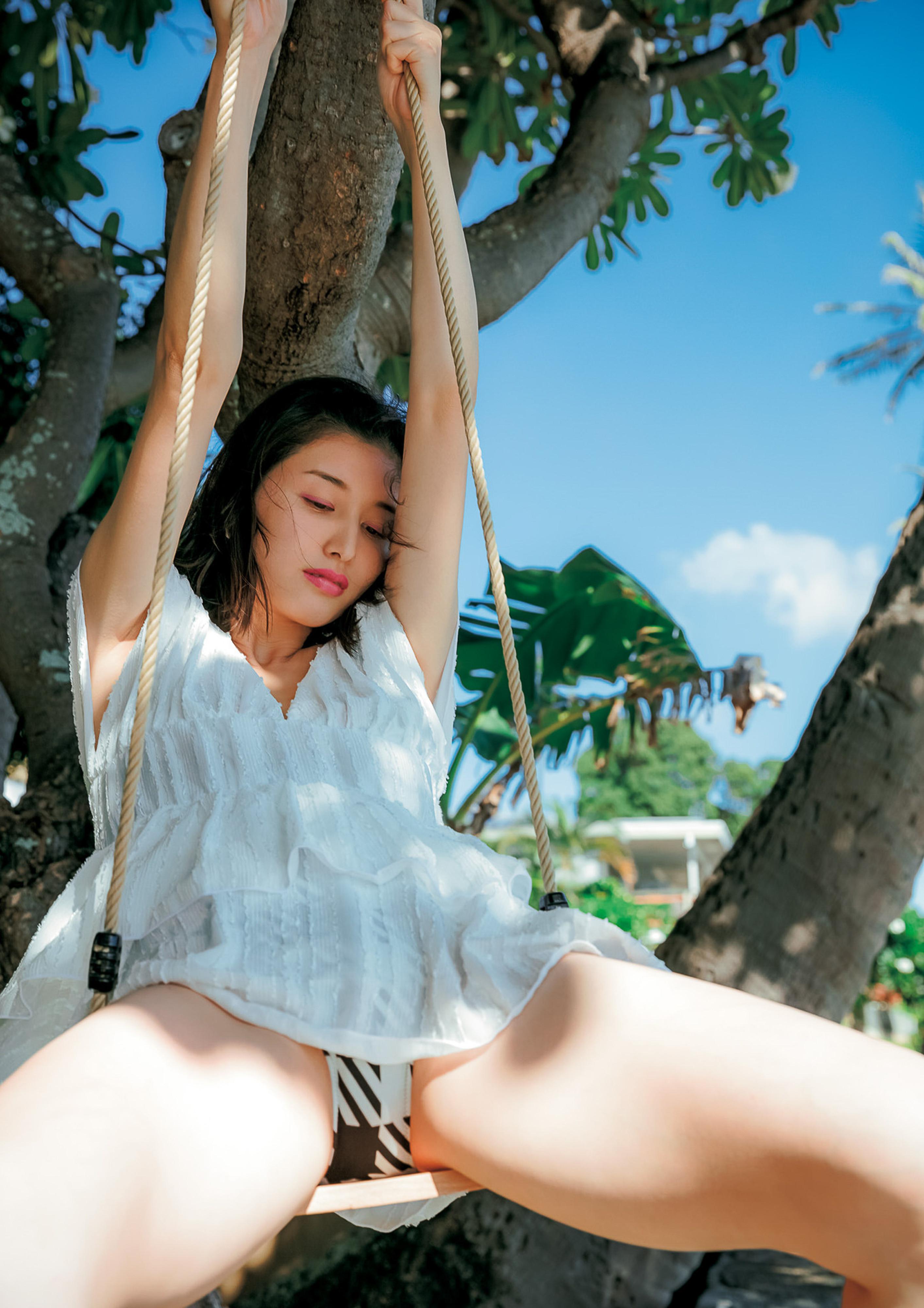 Hashimoto-Manami-db-hugging-in-Hawaii-071