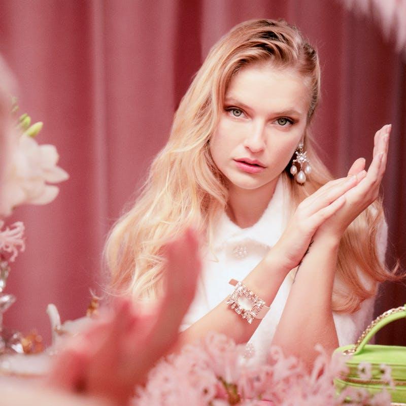 """Camille Razat di """"Emily in Paris"""" testimonial della nuova campagna di gioielli di Roger Vivier"""