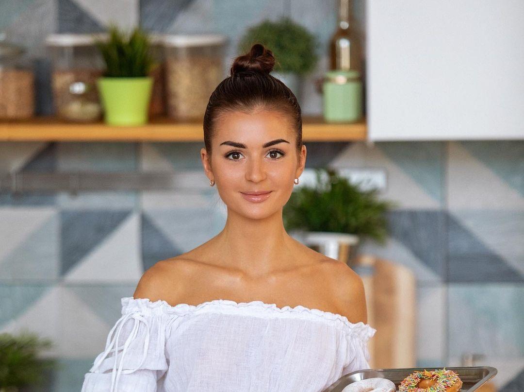 Baker-Coco-Nadia-Wallpapers-Insta-Fit-Bio-1