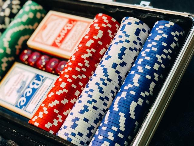 https://i.ibb.co/WDZdDFM/play-poker-with-chips.jpg