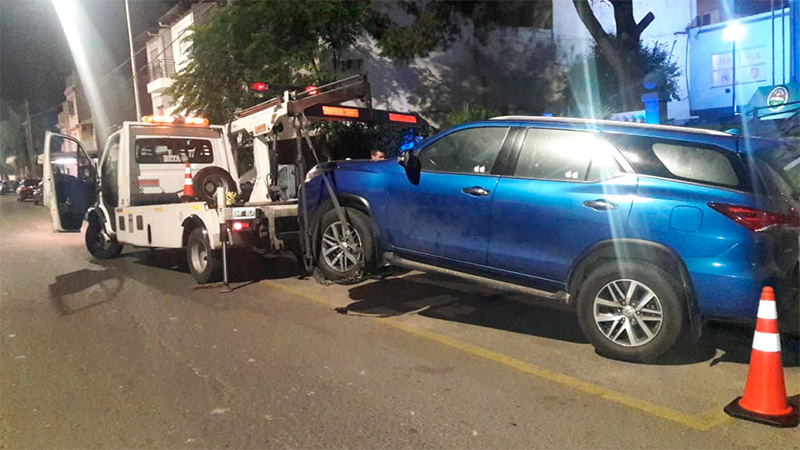 Conductora violenta : se opuso al test de alcoholemia y atacó con puños y patadas a policías e inspectores