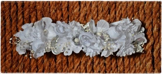 Minitiara-flores-blancas-con-toque-gris