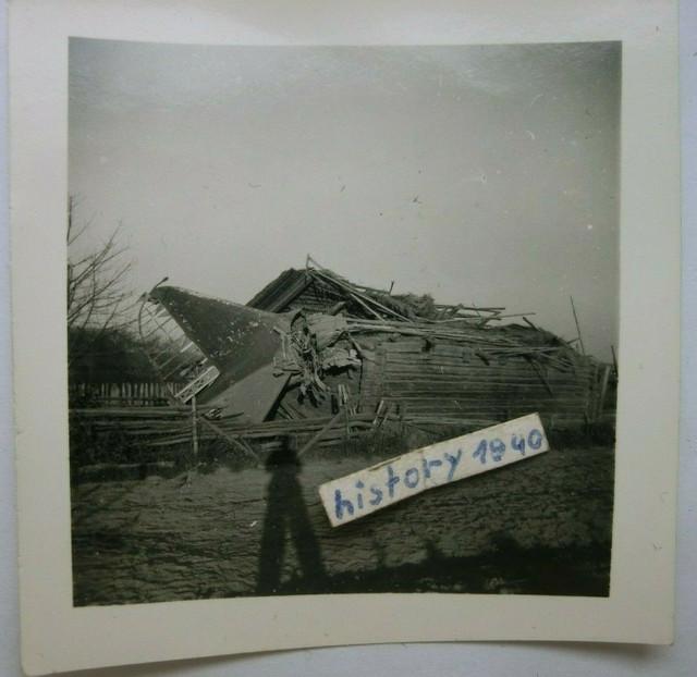 Foto-mit-Flugzeug-Abgeschossenen-Bomber-im-Holzhaus